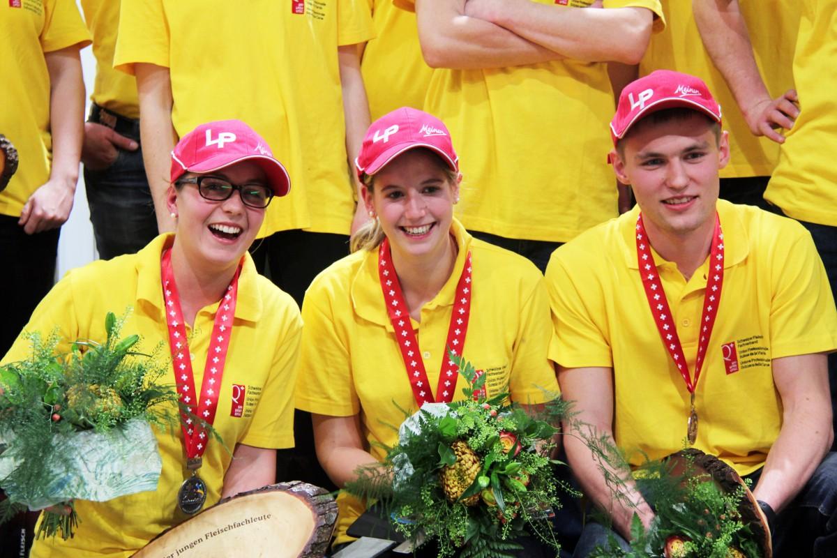 Die Siegerinnen der Schweizermeisterschaft 2015 der jungen Fleischfachleute: v.l.n.r Tanja Knechtle (Silber), Manuela Riedweg (Gold), Jérôme Deillon (Bronze)